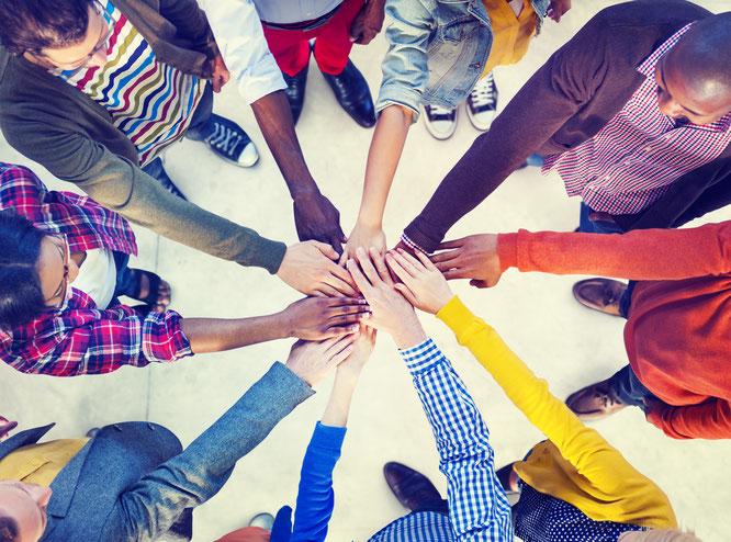Teamcoaching, Teamentwicklung, Menschen, Gruppe, Zusammenhalt, Team, Mitarbeiter, Mitarbeiterin, Organisation, Freunde, Hände, Kreis,