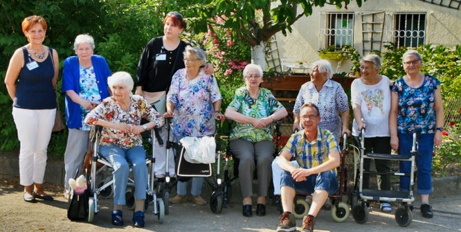 Die sonne meinte es fast zu gut beim Besuch der Senioren. Unser zeigt die Gäste des Seniorenzentrums Hirschkamp mit ihren Begleitern. Foto: GSW/oeg