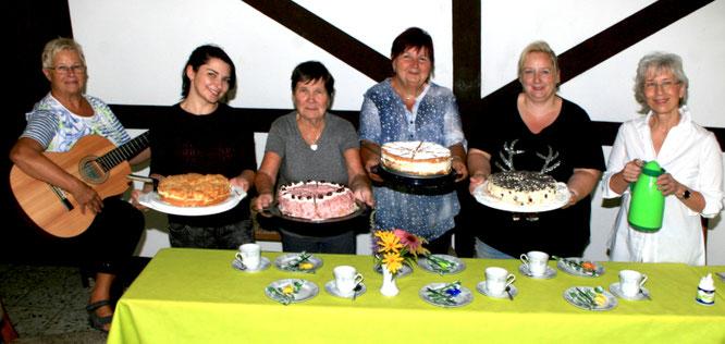 Tilla Schmidt, Ayleen Vuran, Hannelore Hoffmann, Christa Damm, Tina Haselhorst Irmgard Ickerodt (v.l.) mit einem Ausschnitt ihrer konditorischen Kunstwerke, mit dem sie ihre Gäste in diesem Sommer verwöhnten. Foto: GSW/oeg