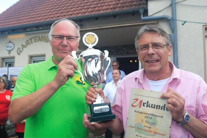 """Freude und Stolz will Gartenstadt-Vorsitzendem Guntram Hahn gar nicht verhehlen. Erster Gratulant war Ulrich Meick, stellv. Bürgermeister Waltrops, der sich kaum weniger über den neuerlichen Erfolg """"unsere Gartenstadt"""" freute."""