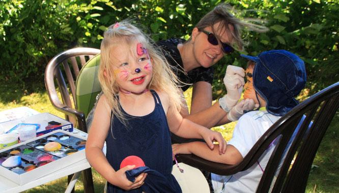 Kinderschminken ist beim Sommerfest nicht wegzudenken.