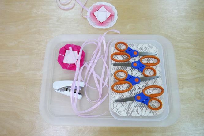 幼稚園児クラスの年中・年長児は、母の日のプレゼント製作で、折り紙のカーネーションやお礼の言葉を書いたプレートを作り、ペンダントを製作しました。