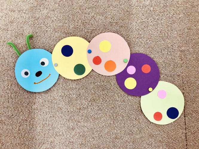 幼児教室のモンテッソーリ活動ではらぺこあおむしを製作。好きな色のシールと画用紙、クレヨンを使って、オリジナルなあおむしを製作します。