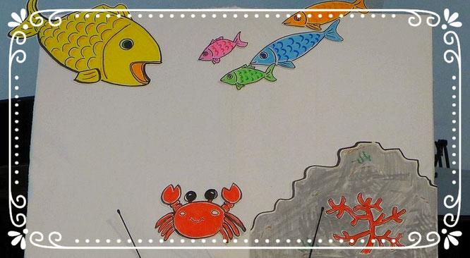 パネルシアター。海のいろいろな生き物がピアノの音に合わせて登場します。