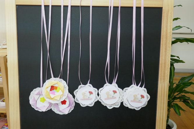 幼児園児クラスでモンテッソーリの活動で母の日のプレゼントにペンダント製作活動を行いました。素敵なペンダントがたくさんできました。