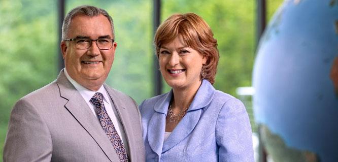 Кеннет Кук с молодой женой