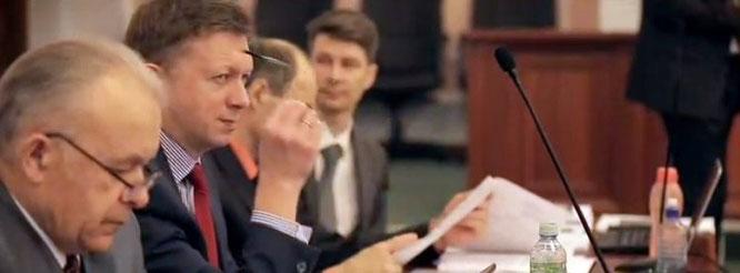 Первый Заместитель Председателя Руководящего комитета Управленческого центра Свидетелей Иеговы в России периодически снимает очки, чтобы насладиться моментом
