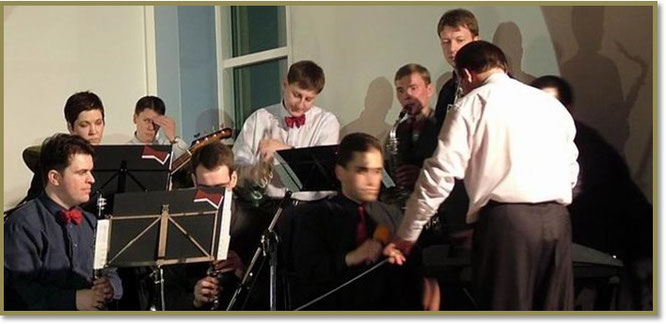 Сергея Черепанова многие ассоциировали с саксофоном, которым он прекрасно владел (на снимке за дирижером)