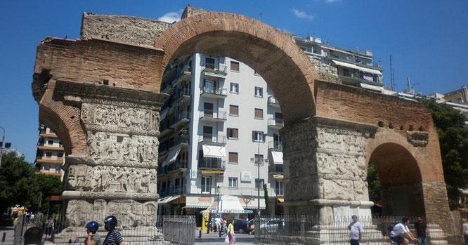 Руины древней Фессалоники на фоне современного города