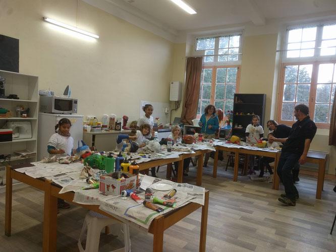 Toussaint 2018 : Ellen Van Werkhoven dirigeait avec l'aide de Leila, un atelier masques en papier mâché pour les enfants du centre de loisirs d'Aspet.
