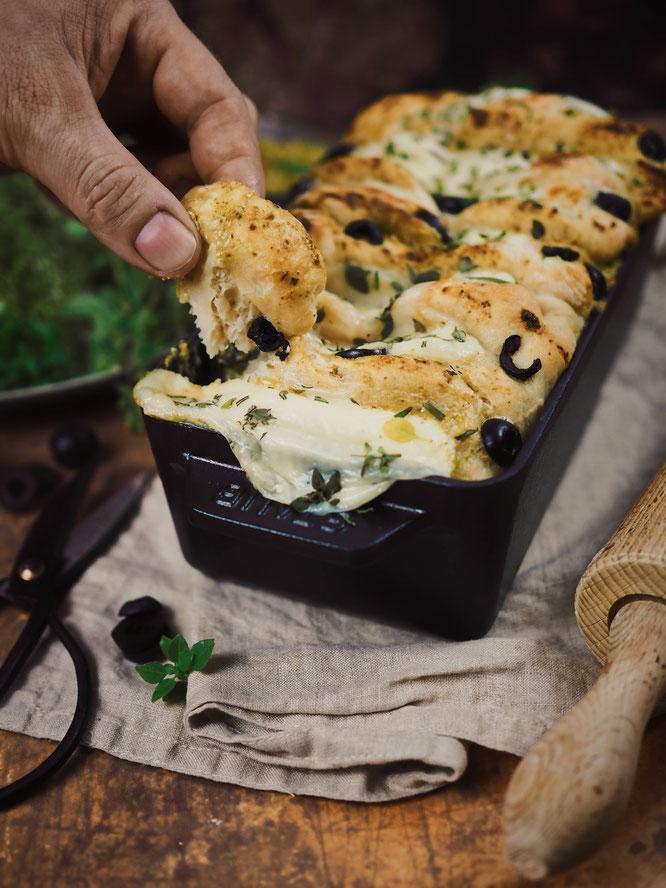 Herzhaftes Zupfbrot mit Pesto, Mozzarella, Oliven und Kräutern