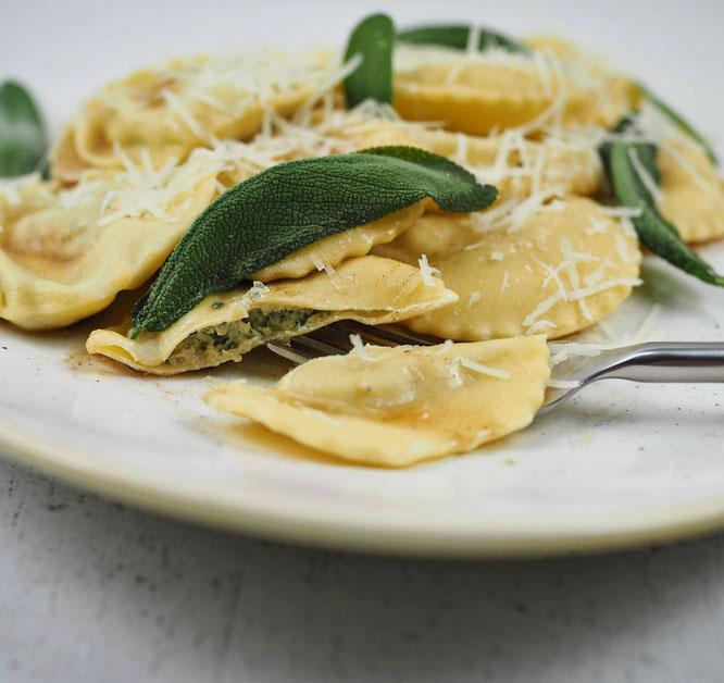 Selbstgemachte Ravioli mit Ricotta-Salbei-Füllung