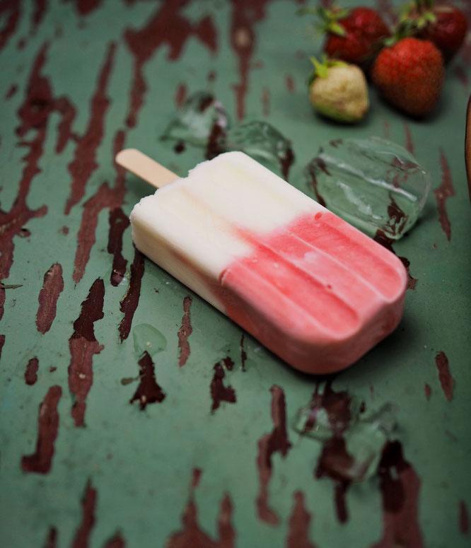 Selbstgemachtes Erdbeer-Zitronen-Buttermilch Eis am Stiel