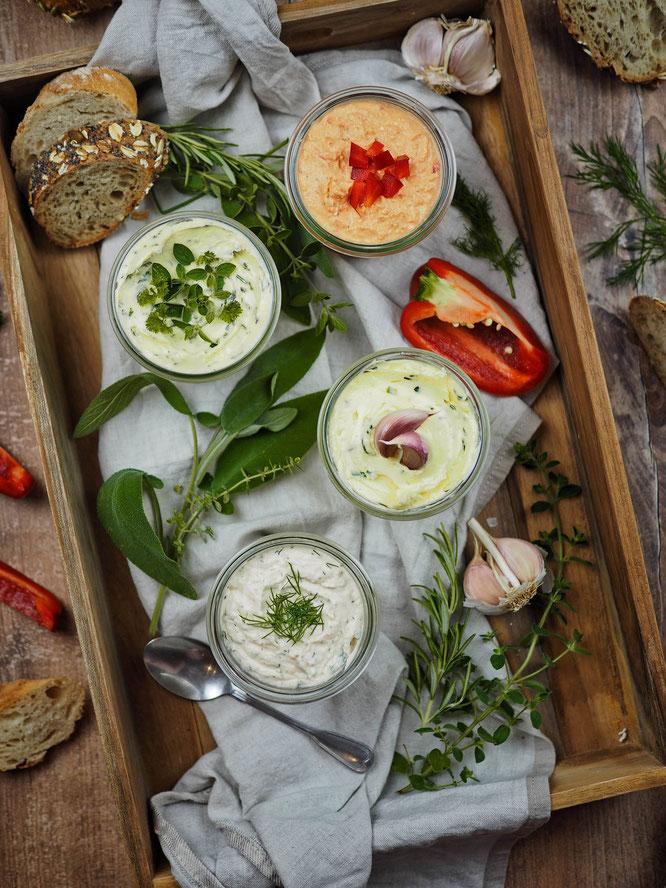 Brotaufstrich mit Knoblauch, Kräuter und Zitrone, Lachscreme und Paprika-Feta-Creme