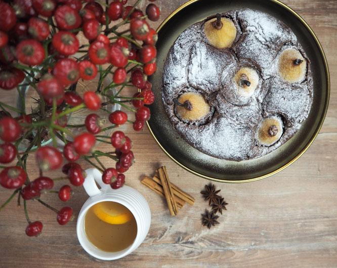 Schokoladen-Gewürzkuchen mit Glühwein-Vanille-Birnen