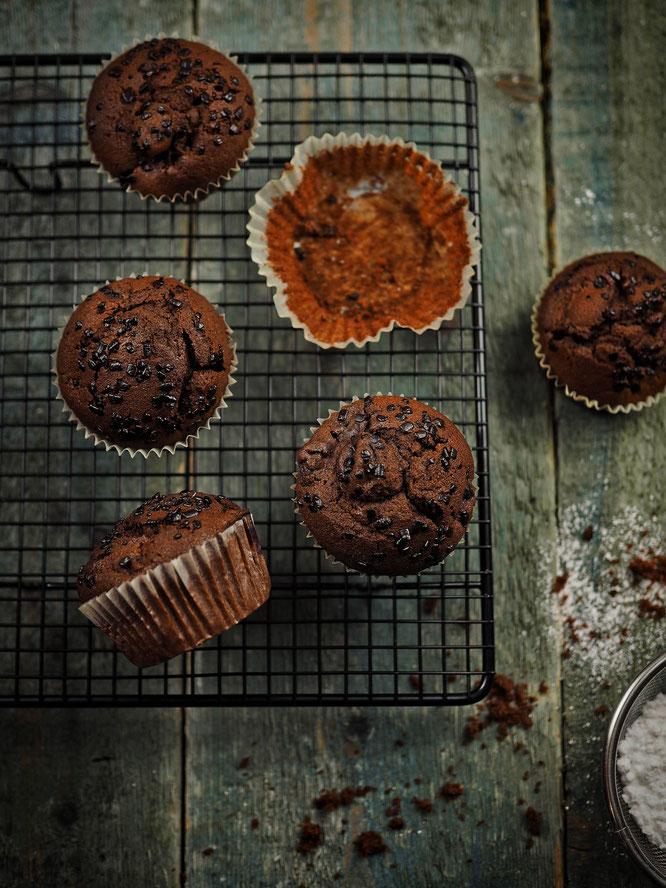 Weihnachtliche Schokoladen-Gewürzkuchen-Muffins mit Kirschen