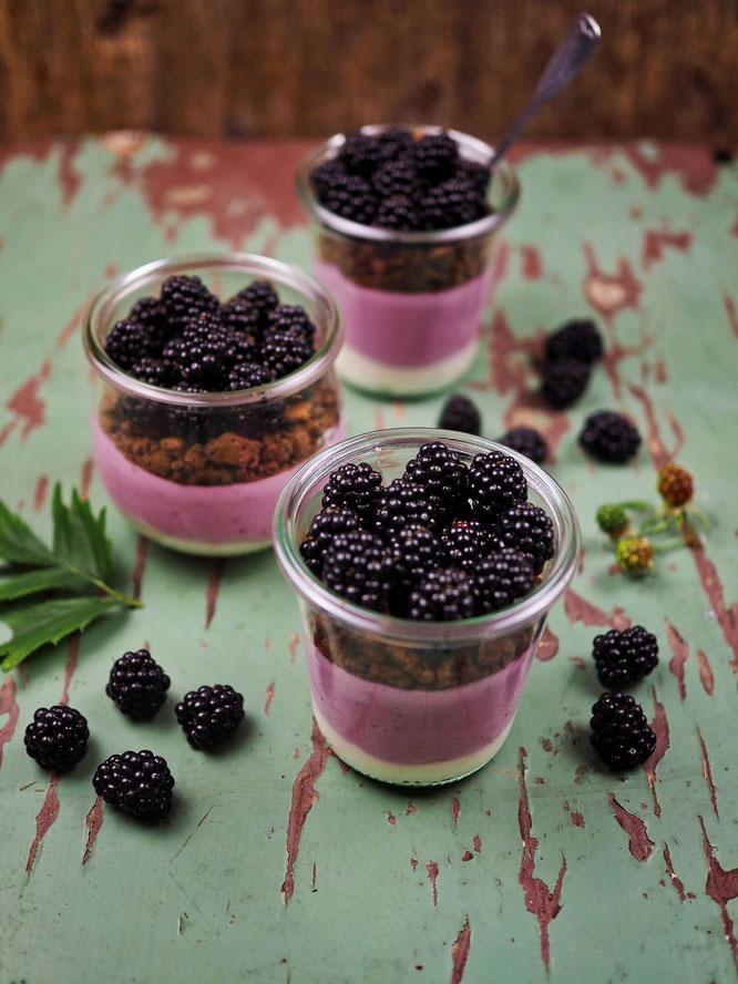 Sommerliches Dessert im Glas, Brombeer- und Limettencreme mit Schokokeks