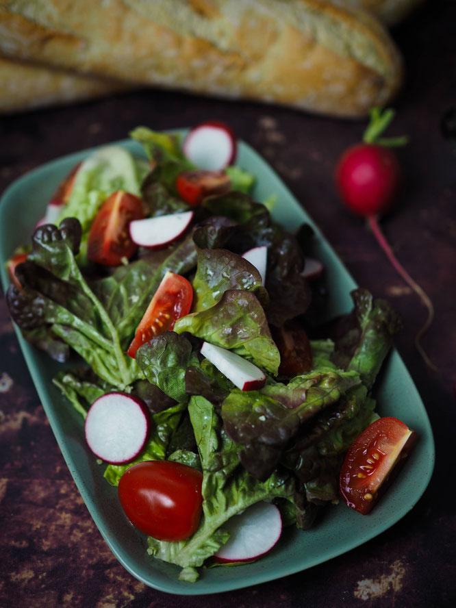 Frischer gemischter Salat mit selbstgemachtem Kräutersalz verfeinert