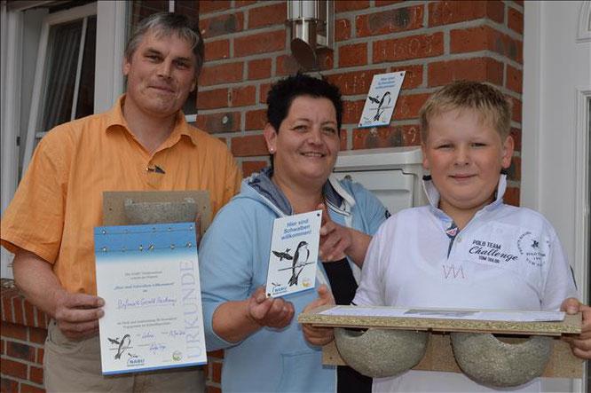 Stephanie Haskamp erhält Schwalbenschutz-Plakette und neue Nisthilfen aus der Hand von Ludger Frye (NABU Lohne)