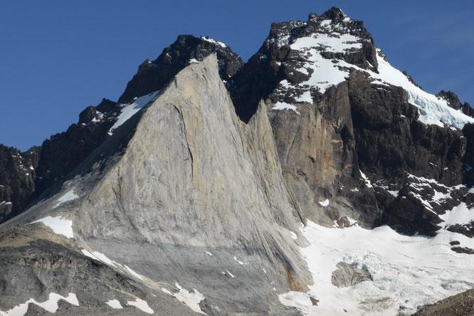 """L'incredibile sagoma della """"Pinna dello Squalo"""" - Parco del Paine - Patagonia"""
