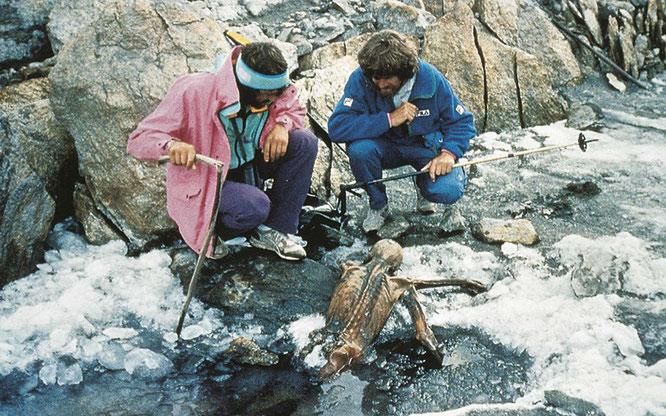 Messner e Kamerlander e la mummia appena scoperta.