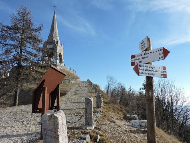 Il monte Cimone e quel che ne rimane della cima, sulla quale sorge l'ossario a ricordo dei fatti del primo conflitto mondiale.