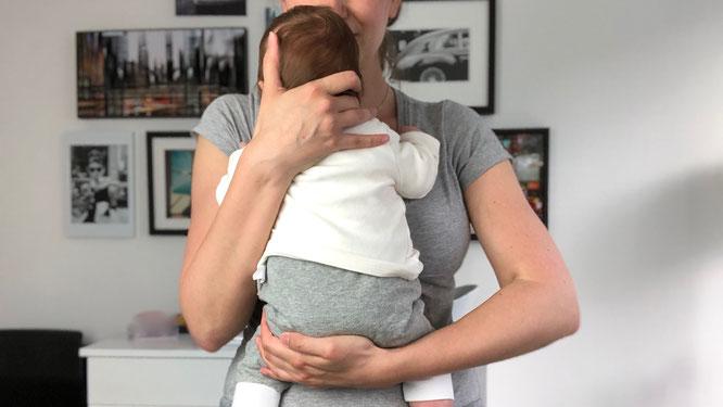 Gegen Säuglingskoliken hilft ganz viel Kuscheln