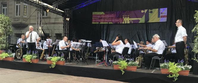 """Das MVB-Blasorchester mit Dirigent Michael Weber beim """"Musikfestival"""" in Ettlingen. Hans Vetter moderierte wie immer gekonnt den Auftritt und informierte nicht nur über die Stücke sondern auch über die Vereinsgeschichte."""