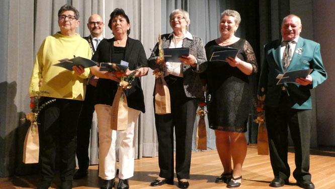 Von Oberbürgermeister Arnold ausgezeichnet wurden v.l.: Ingrid Ehrle, Veronika Bauer, Sibylle Thoma, Nicole Schumacher-Tschan und Bernhard Heinzler