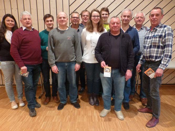 Für guten bis sehr guten Probenbesuch ausgezeichnet wurden v.l.: Regina (3x gefehlt), Thomas (3), Marius (2), Berthold (2), Volker (3),  Sascha (2), Viktoria (3), Cedric (2), die 2 Bernhards (0), Willi (1) und Peter (0).
