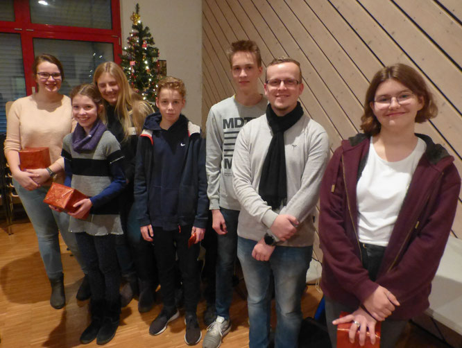 Ausgezeichnet für guten Probenbesuch wurden von Jugendleiter Mario Möller und Dirigent Heiko Hager v.l.: Victoria, Marija, Emily, Nils, Felix und Amelie.