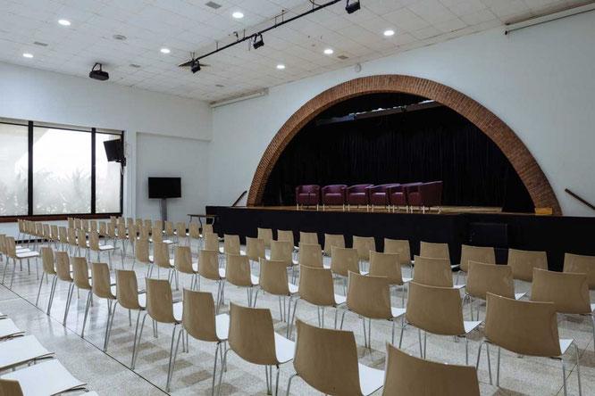 Vista hacia el escenario del Centro de Convenciones.