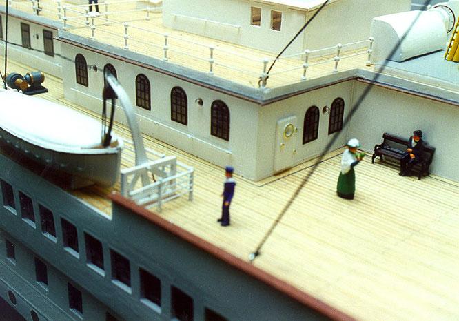 Hier die Fenster des Gymnasiums bei meinem ersten Modell als Folienschnitt mit brauchbarem Ergebnis.