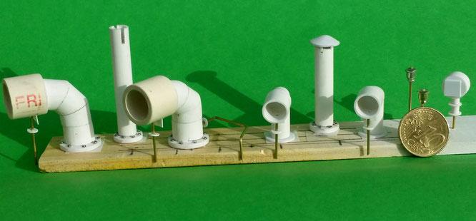 Allerlei Kleinteile aus Kunststoff, z.B. Abgasrohre