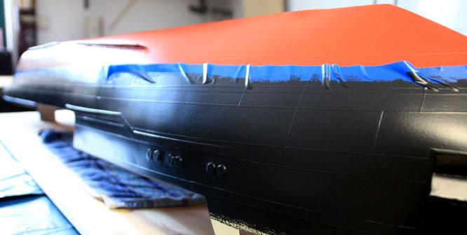 Das Unterschiff und das Schwarz des Rumpfes sind bereits lackiert.