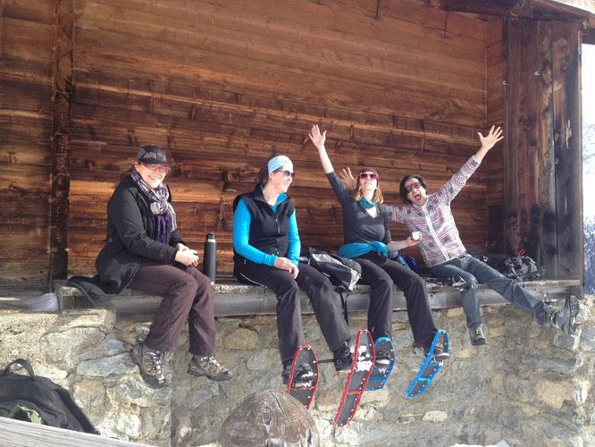 Pause vor einer Alphütte auf der Hockenalp, Aline, Conny, Martina und Christian