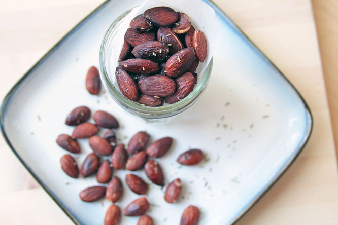 savory rosemary roasted almonds.  perfect homemade healthy snack!  by homemade nutrition - www.homemadenutrition.com