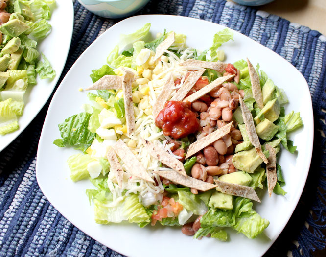 This salad is a lovelyvegetarian lunch or dinner option for busy weekdays!  There are so many flavors and textures; this is no boring salad! - www.homemadenutrition.com
