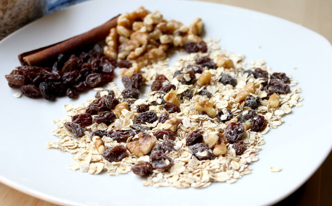 Making homemade instant oatmeal mix is really simple and easy to customize for your family's taste buds!  This recipe for cinnamon-raisin oatmeal mix with walnuts is so good!  - www.homemadenutrition.com