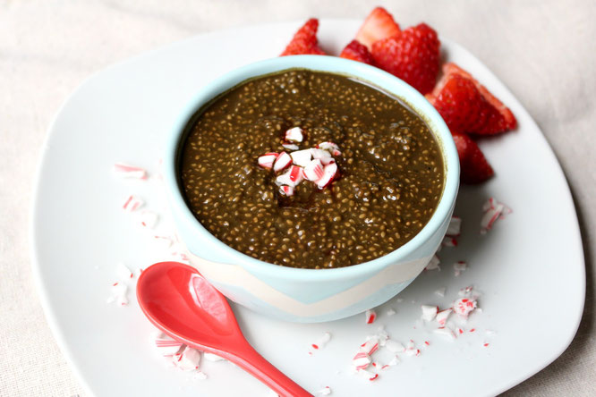 Easy chocolate peppermint mocha chia pudding with supergreens! - by homemade nutrition - www.homemadenutrition.com