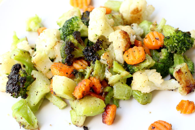 This is probably the easiest roasted vegetable recipe you'll ever make.  It's perfect for a busy weeknight and tastes amazing! - www.homemadenutrition.com