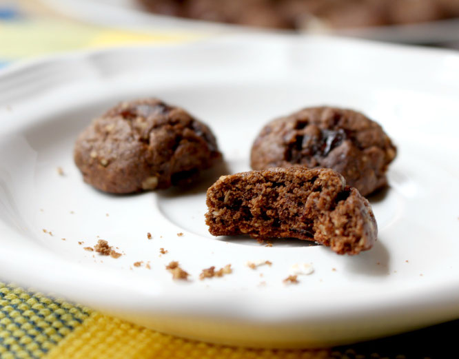 Mini vegan chocolate oatmeal cookie bites are such a great sweet treat!  Plus they are adorable.  :)  - www.homemadenutrition.com