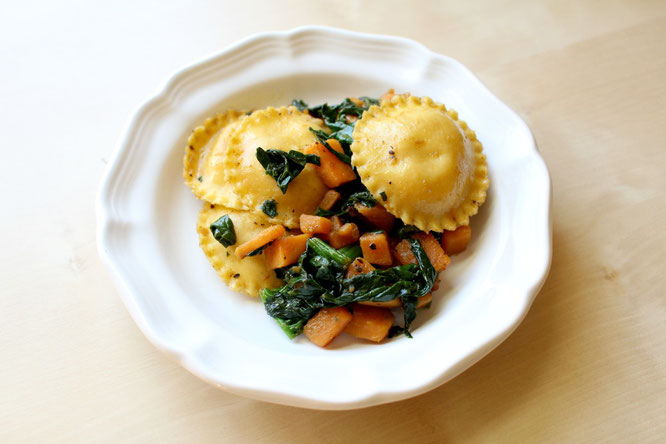 20 minute ravioli with sauteed sweet potatoes and spinach - amazing, flavorful vegetarian meal! - by homemade nutrition - www.homemadenutrition.com