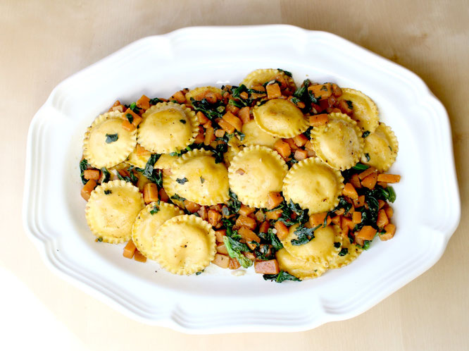Simple, super flavorful 20 minute vegetarian meal idea!  Ravioli with garlicky sauteed sweet potatoes and spinach! -  by homemade nutrition - www.homemadenutrition.com