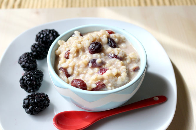 overnight breakfast rice pudding with cinnamon and dried cranberries - vegan and gluten free breakfast! #ad