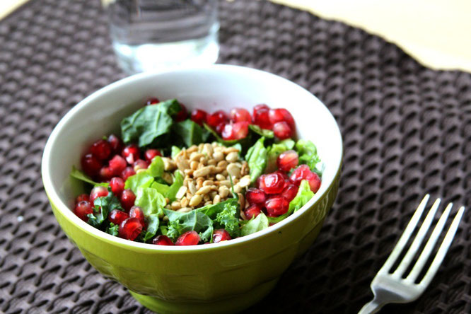 kale salad with pomegranate and sunflower seeds - by homemade nutrition - www.homemadenutrition.com