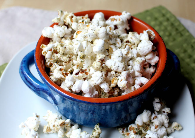 Easy homemade sour cream and onion mix makes the perfect healthy addition to popcorn!  No butter even needed!  - www.homemadenutrition.com
