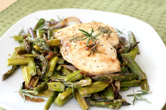Healthy lemon herb chicken with roasted asparagus and red onion is packed with flavor! - www.homemadenutrition.com