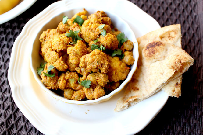 quick and healthy weeknight cauliflower and chickpea curry - perfect vegan dinner option! - by homemade nutrition - www.homemadenutrition.com