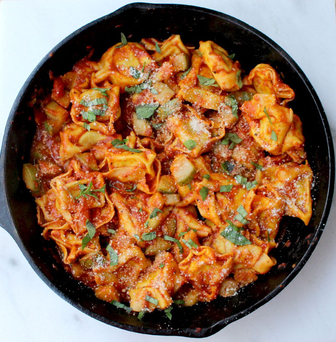 This one-skillet vegetarian ravioli with easy roasted red pepper sauce is the perfect dinner in a rush.  Simple, filling, and full of flavor! - www.homemadenutrition.com